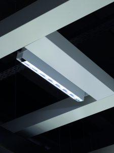 Die Tunable-White-LEDs des anpassungsf?higen Modulsystems Instalight Prosale 1021 arbeiten tageslichtdynamisch in einem Spektrum von 3000 bis 5000K. Ein Au?ensensor erfasst die aktuellen Werte und übermittelt sie auf die Steuerung. (Bild: Tom Gundelwein)