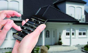 Zutrittsteuerung von außerhalb mit dem Smartphone. Die LCN-GVS macht es möglich. (Bild: Issendorff KG)