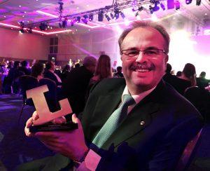 Loytec CEO Hans-Jörg Schweinzer nimmt hocherfreut den Lux Award entgegen. (Bild: Loytec Electronics GmbH)