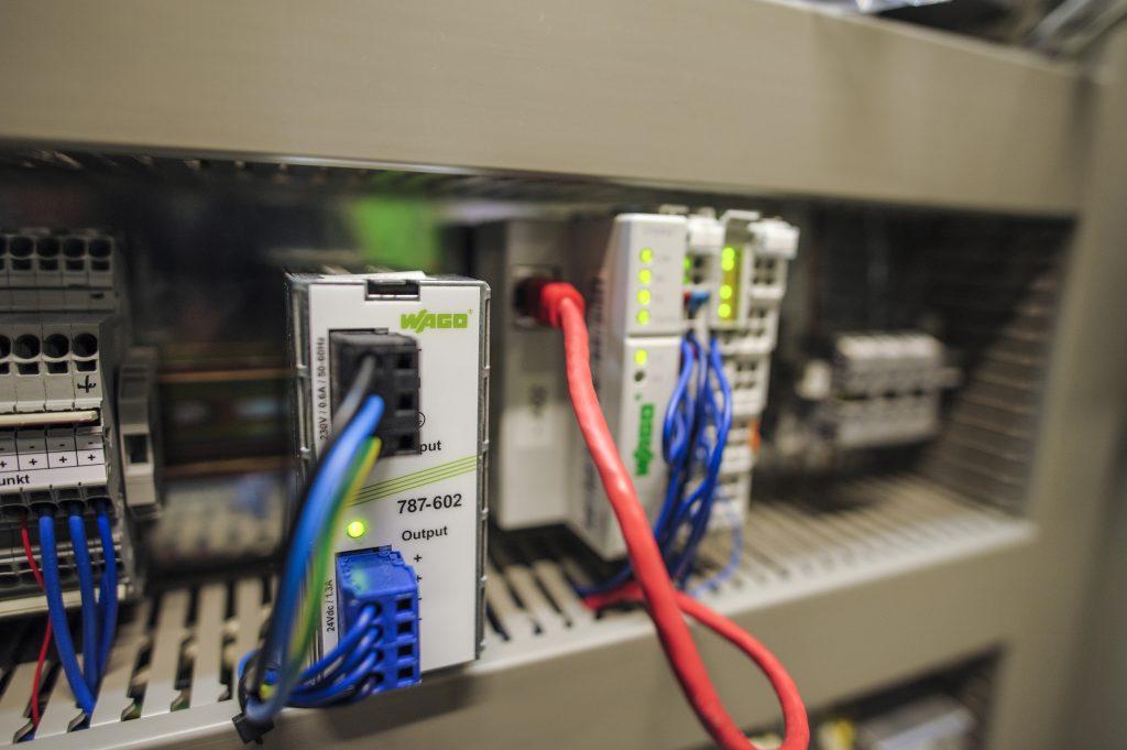 Neben dem I/O-System kommen auch andere Komponenten von Wago zum Einsatz, wie Netzger?te (im eine prim?r getaktete Stromversorgung), Relais und Reihenklemmen. (Bild: Wago Kontakttechnik GmbH & Co. KG)