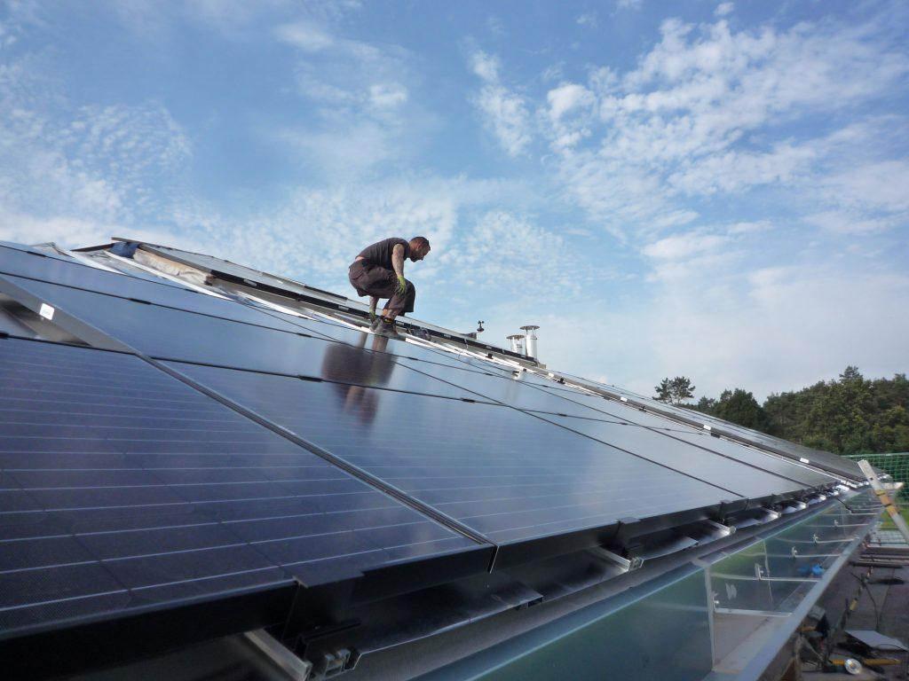 Montage der In-Dach PV-Anlage im Verwaltungsgeb?ude (Bild: SenerTec GmbH Kraft-, W?rme-, Energiesysteme)