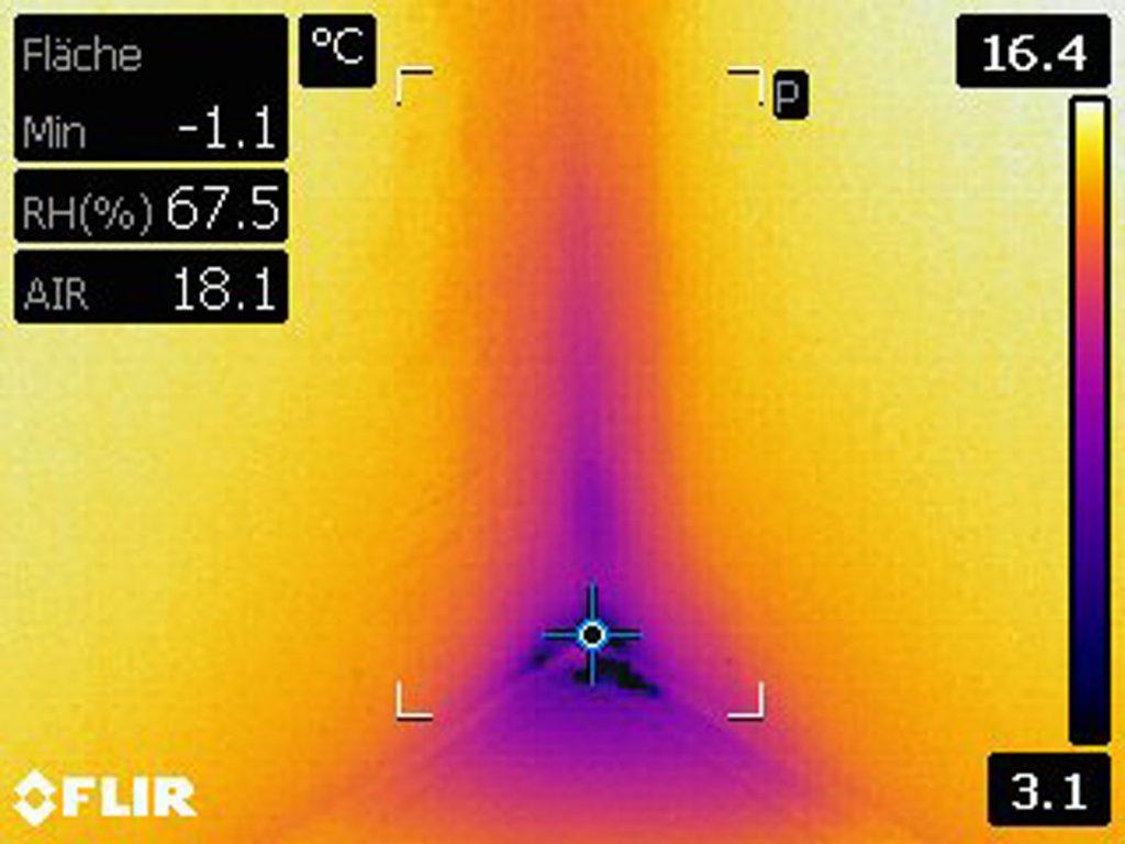 Frank Lochow, ein Mitarbeiter der Meyer Malereibetrieb GmbH, untersucht eine feuchte Stelle mit der W?rmekamera Flir E50bx und dem Feuchtemessger?t Flir MR77. (Bild: Flir Systems GmbH)