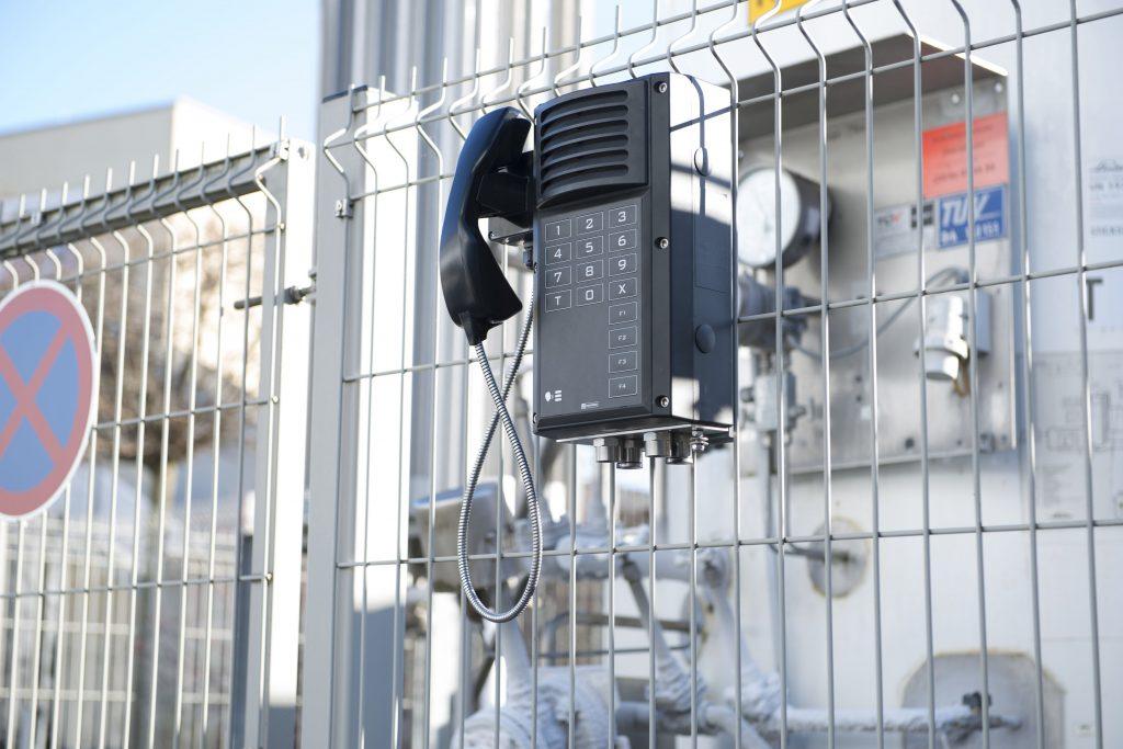 Entworfen für anspruchsvollste Umgebungen: die neuen digitalen explosionsgesch?tzten Industrie-Sprechstellen von Commend (Bild: Schneider Intercom GmbH)