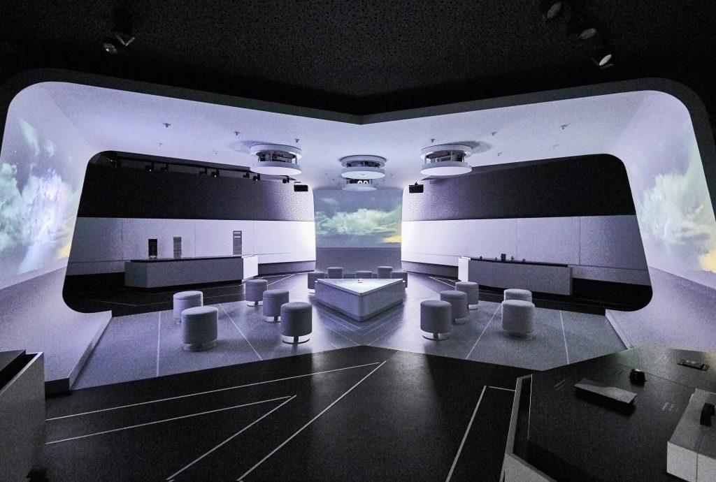 Im Force Field des Untergeschosses des Hager Forums in Obernai wird dem Besucher die Unternehmensgeschichte eindrucksvoll audiovisuell n?her gebracht. (Bild: Hager Vertriebsgesellschaft mbH & Co. KG)