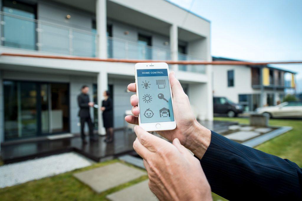 Ein Smart Phone für Smart Home: Viele Anwendungen sind bereits Realität. (Bild: Oliver Tjaden)