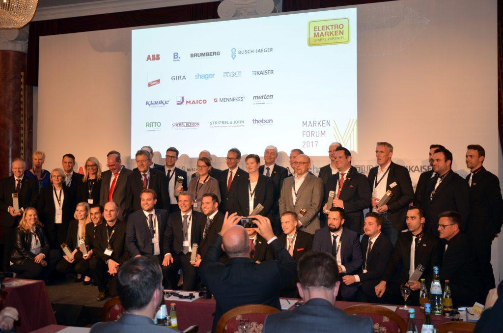 Alle Gewinner des Markenpreises Elmar 2017 versammelt auf dem Podium des Althoff Grandhotels Schloss Bensberg in Bergisch Gladbach. (Bild: TeDo Verlag GmbH)