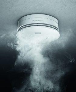 Die Rauchwarnmelder von Busch-Jaeger erkennen schwelende und offene Brände im Innenraum und warnen mit einem lauten Signal. (Bild: Busch-Jaeger Elektro GmbH)