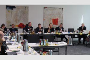 Der Lenkungs- und der Strategiekreis der Wirtschaftsinitiative Smart Living tagten im Haus der Elektrohandwerke. Im (v.l.): Dr. Klaus Glasmacher, Dr. Andreas Gördeler (beide BMWi), Johannes Hauck (Hager), Ingolf Jakobi (ZVEH), Ingeborg Esser (GdW), Hans-Georg Krabbe (ABB) und Professor Dr. Thomas Heimer. (Bild: ZVEH)