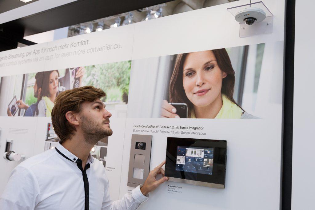 Vernetzung sicherheitstechnischer Einrichtungen untereinander und mit der gesamten Gebäudetechnik führt zu einem smarten Gebäude. (Bilder: ©Jean-.Luc Valentin / Messe Frankfurt Exhibition GmbH)