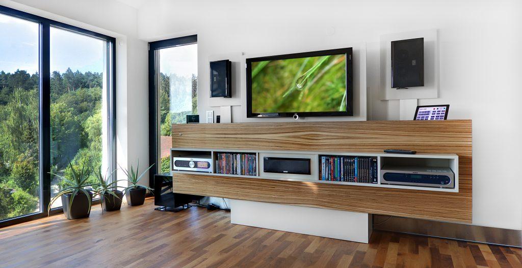 Maßgefertigte Medienmöbel bieten ausreichend Platz und sind funktionell. (Bild: HiFi Forum GmbH)