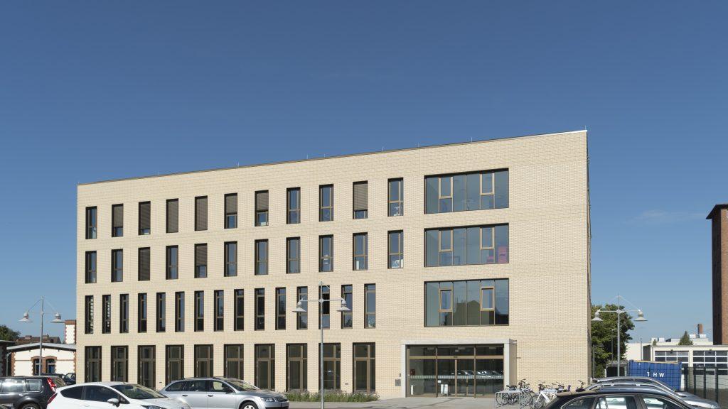 Vorzeigeprojekt: Der Neubau für die Fachhochschule Bielefeld auf dem Campus Minden gilt als Musterbeispiel für intelligentes, energieeffizientes Bauen. (Bild: Wago Kontakttechnik GmbH & Co. KG / Robert B. Fishman)