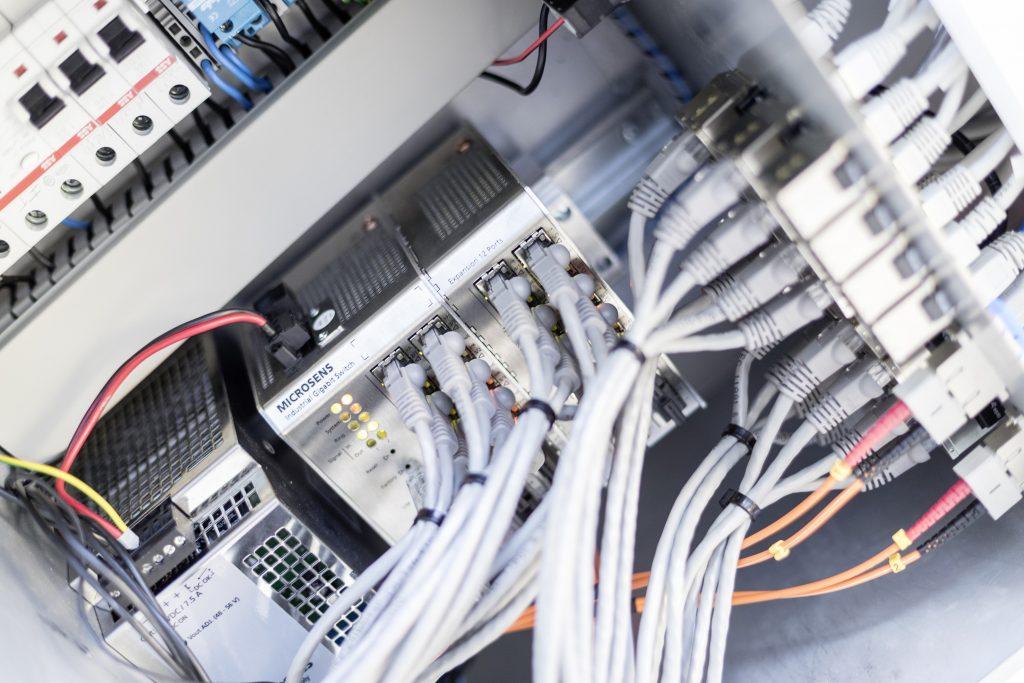 Die Smart Engine von Microsens übernimmt die Energieversorgung der Leuchten mit Power over Ethernet (PoE). (Bild: Microsens GmbH & Co. KG)