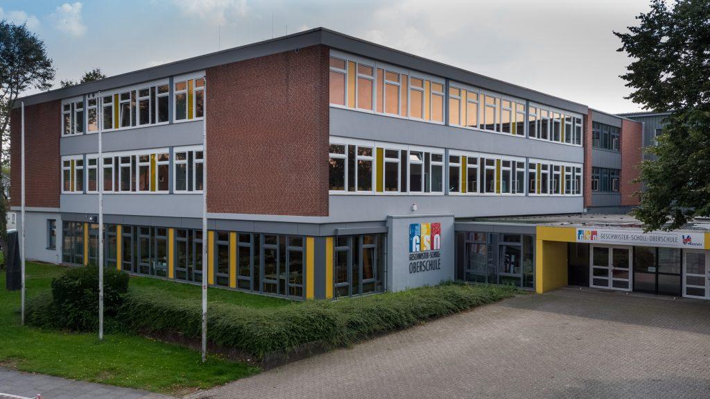 Die Geschwister-Scholl-Oberschule in Vechta wurde im Jahr 2014 zu einer teilgebundenen Ganztagsschule erweitert. Um den neuen Anforderungen gerecht zu werden, wurden in den folgenden drei Jahren einzelne Gebäude umgebaut und an die neue Nutzung angepasst ? auch die Gebäudeleittechnik (GLT). Foto © KFOTO / Kokenge (Bild: SBC/Nordphoto GbR)