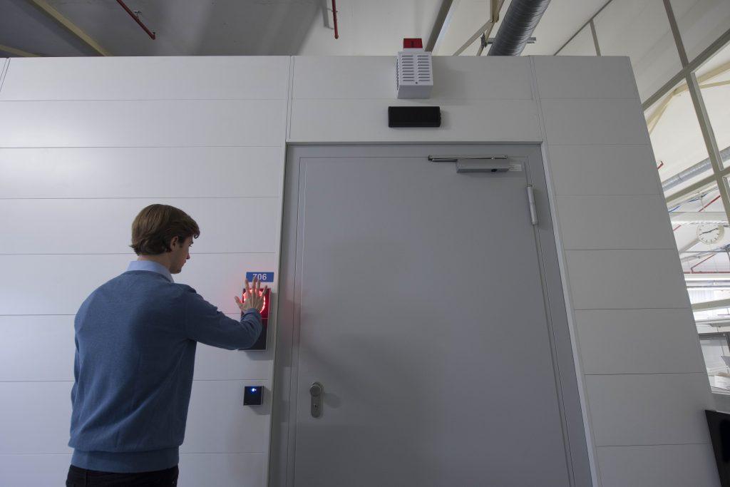 Das biometrische System erkennt den Benutzer, indem es mit Infrarotstrahlen seine Venenmuster im Inneren der Hand liest. (Bild: PCS Systemtechnik GmbH)