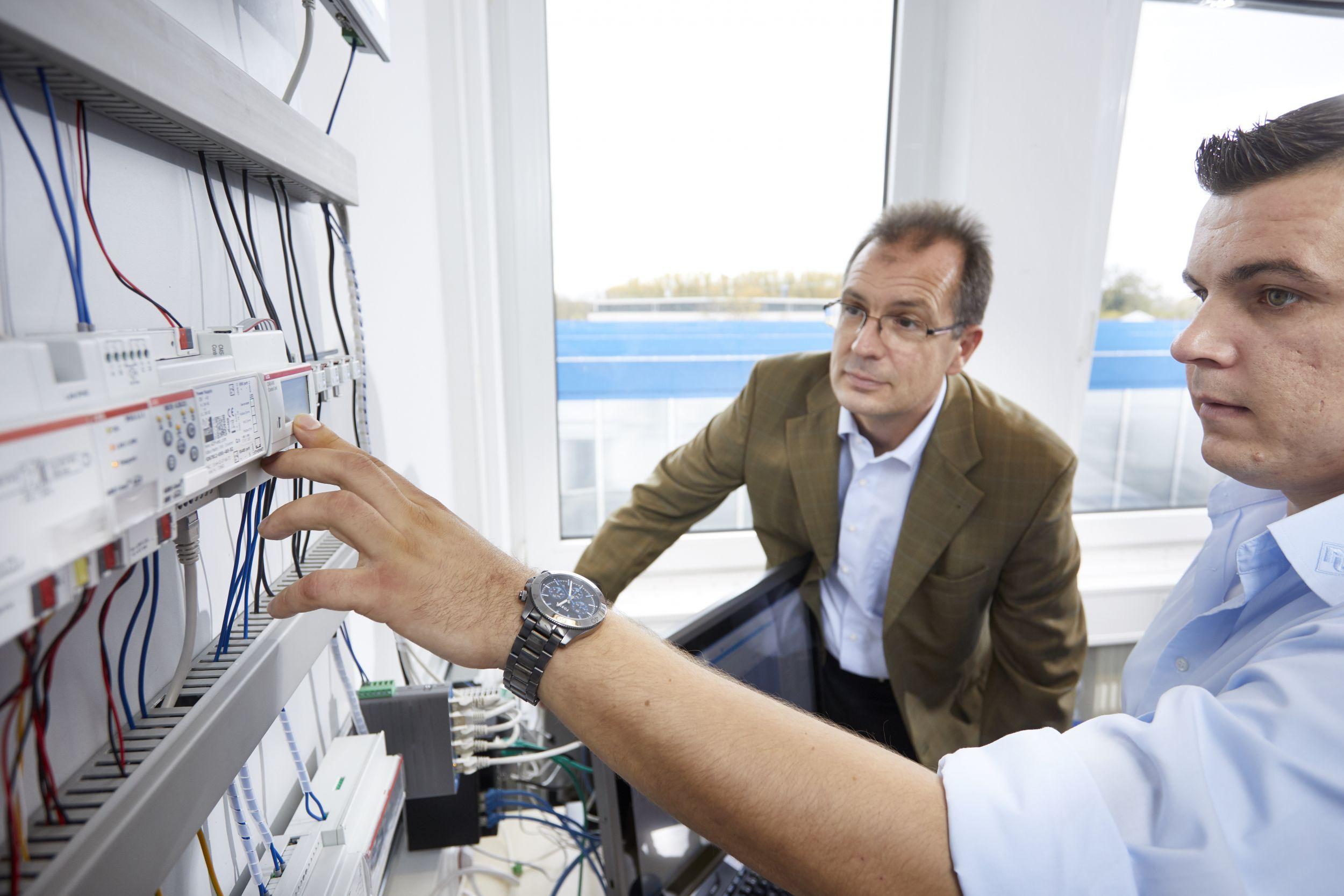 Frank Knappe, ABB (links), und Robert Wuschko, Wachendorff Prozesstechnik, testen das Zusammenspiel zwischen CMS und KNX. (Bild: Axel Heiter)