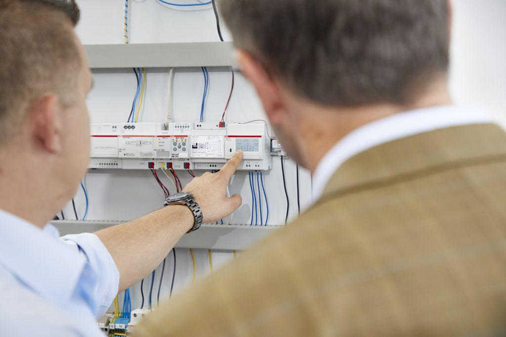 Über ein Touch-Display an der Control Unit lässt sich das ABB-Strommesssystem CMS komfortabel initialisieren und bedienen. (Bild: Axel Heiter)