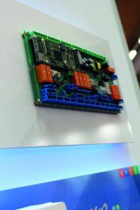 Der zentrale Regler UVR16x2 ist vielseitig einsetzbar und in verschiedenen Varianten erhältlich. (Bild: Technische Alternative RT GmbH)