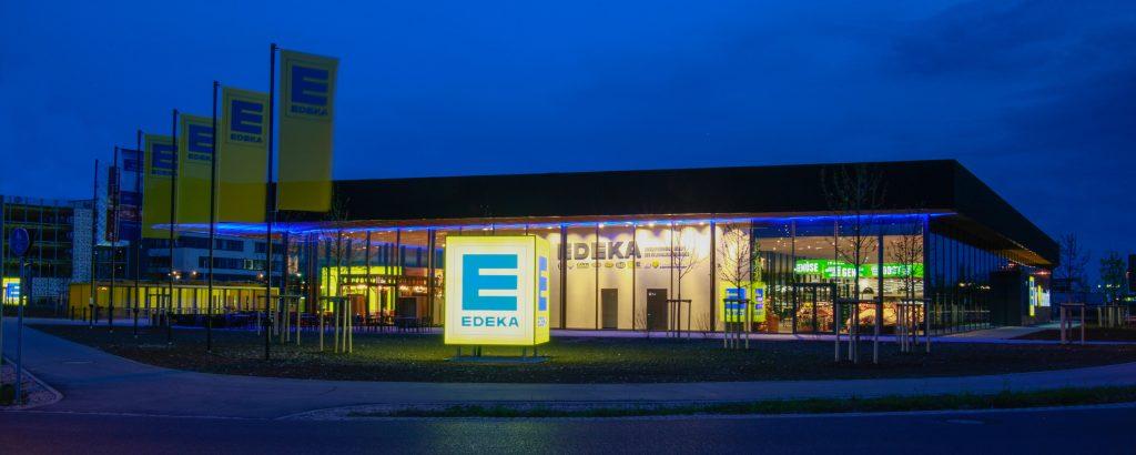 Das nachhaltig gebaute E-center in Gaimersheim besticht durch außergewöhnliche Glasfassaden-Architektur und ein modernes Beleuchtungskonzept. Die Bedienoberfläche der HLK-Anlage ist für das Servicepersonal trotz ihrer Komplexität sehr übersichtlich gehalten. (Bild: Heller + Straulino Regeltechnik GmbH)