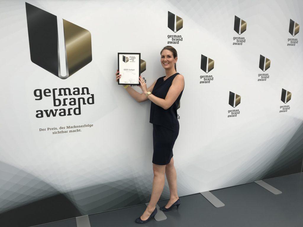 Angela Staiber, Stellvertretende Leiterin des Bereiches Internationales Marketing, nimmt den German Brand Award entgegen. (Bild: Geze GmbH)