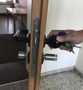 Anti-Amok-Konzept: In einem Notfall verriegeln Schüler/Lehrer die Tür von innen über den mechanischen Knauf. Von außen lässt sich nur mit einem berechtigten Schließmedium öffnen. (Bild: C.Ed. Schulte GmbH Zylinderschlossfabrik)