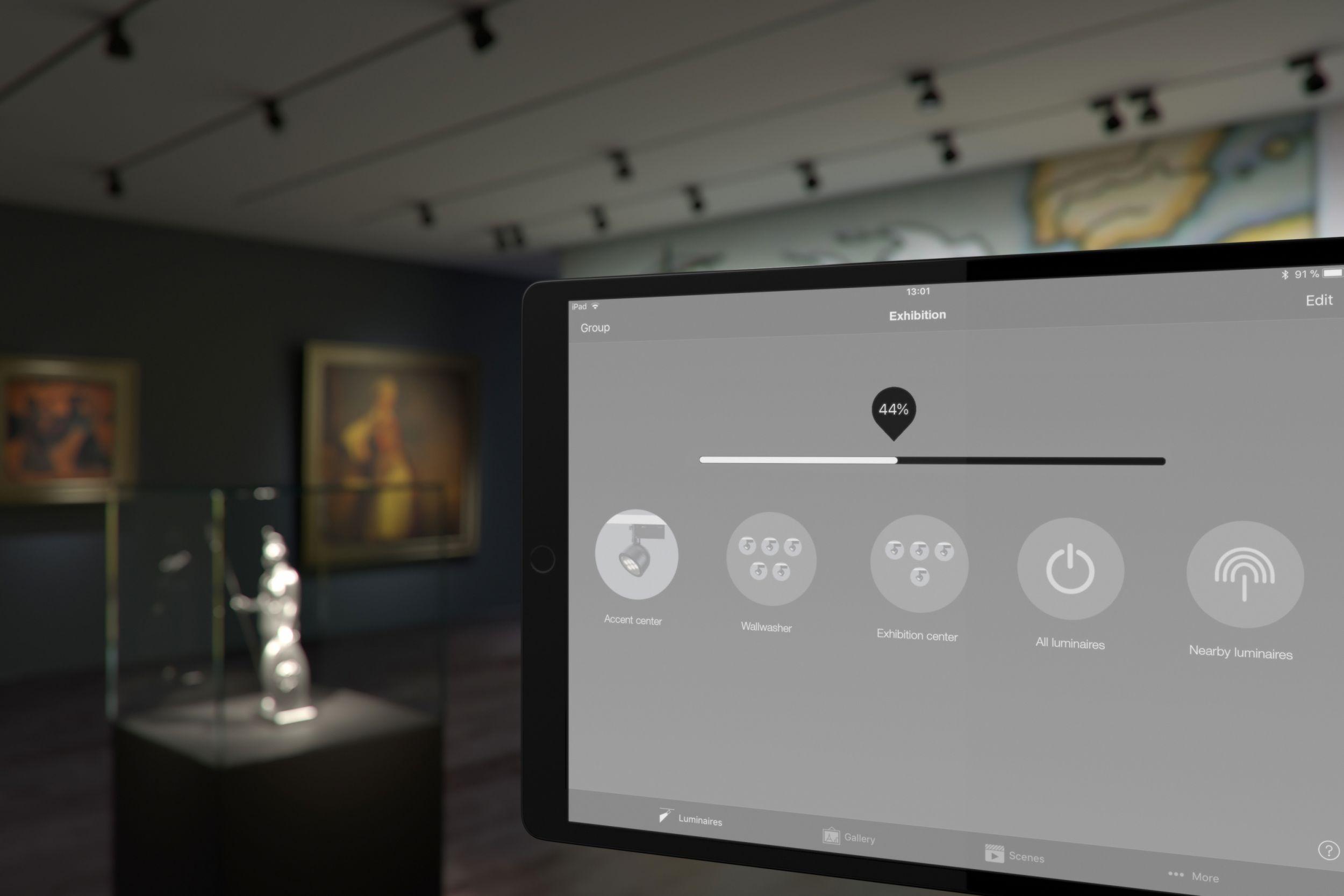 Leuchten individuell schalten und dimmen, Lichtszenen und Übergänge einrichten, Sensoren einbinden: Das ermöglicht die Bluetooth-Steuerung, die Erco als neue Option bei ausgewählten Leuchten für Stromschienen anbietet. (Bild: Erco GmbH)