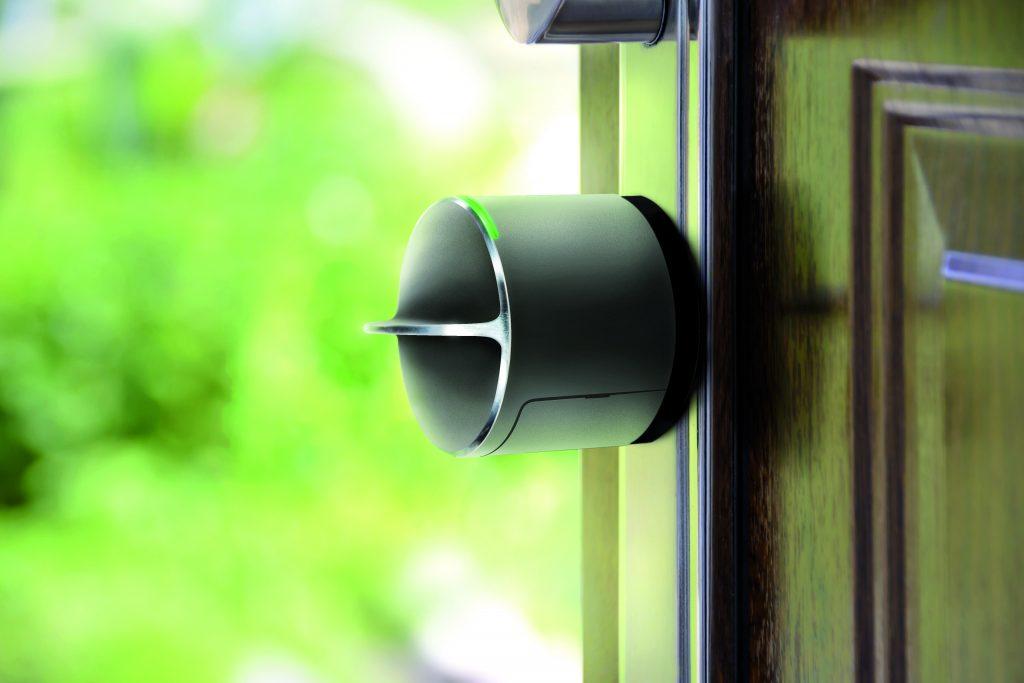 Das Danalock wird an der Innenseite der Tür auf dem mechanischen Schließzylinder montiert und kann per App gesteuert werden. (Bild: Salto Systems)