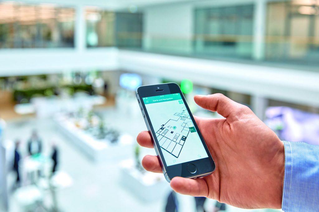 Mit der MyEmalytics-App werden unternehmensexterne Personen schnell zum jeweiligen Zielort geführt. Zusätzlich lassen sich z.B. in den Seminarräumen bestimmte Raumparameter über die App an die individuellen Bedürfnisse anpassen. (Bild: Phoenix Contact Deutschland GmbH)