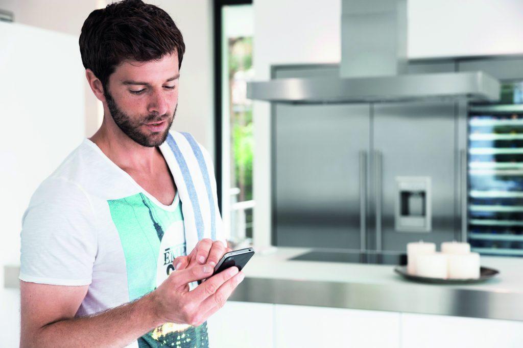 Das Internetportal myBUSCH-JAEGER bündelt alle Informationen sowie Funktionen und ermöglicht einen Fernzugriff mit mobilen Endgeräten. (Bild: Busch-Jaeger Elektro GmbH)