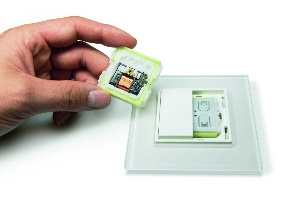 Statt Batterien versorgt ein elektromechanischer Energiewandler den Funkschalter mit Energie. Er nutzt dafür die Bewegung des Tastendrucks. (Bild: EnOcean GmbH)