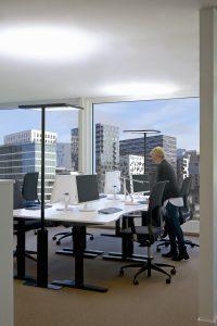 Beispiel eines Großraumbüros mit Stehleuchten (Bild: Glamox GmbH)