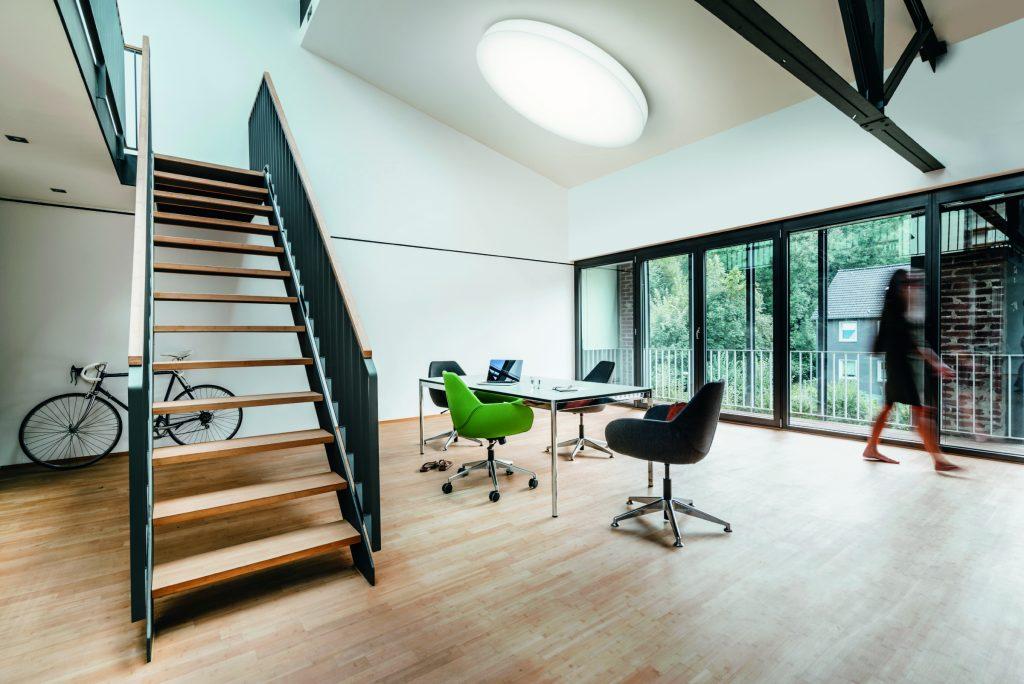 Statt der üblichen starren Raumaufteilung in standardisierte Räume setzen New Work Konzepte auf eine größere Vielfalt und flexiblere Nutzung. (Bild: Trilux GmbH & Co. KG)