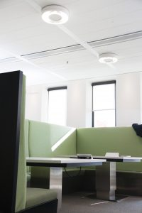 Mit unauffällig in vernetzungsfähigen Leuchten und an der Decke integrierten Sensoren bietet die Digitale Decke enorme Möglichkeiten. (Bild: Osram)