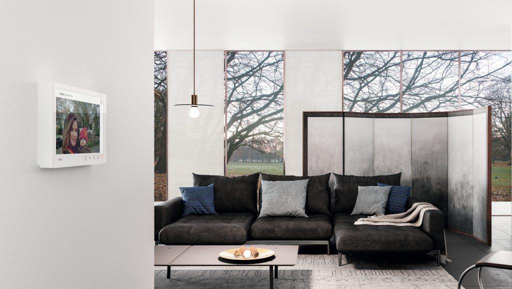 Die neue Gira Wohnungsstation Video AP 7 verbindet Wohnkomfort mit Sicherheit und beeindruckt durch ihr puristisches Design. Angeboten wird sie in zwei Farbvarianten mit jeweils passender Glasoberfläche: Reinweiß glänzend mit weißem Glas sowie Schwarz matt mit schwarzem Glas. (Bild: Gira Giersiepen GmbH & Co. KG)