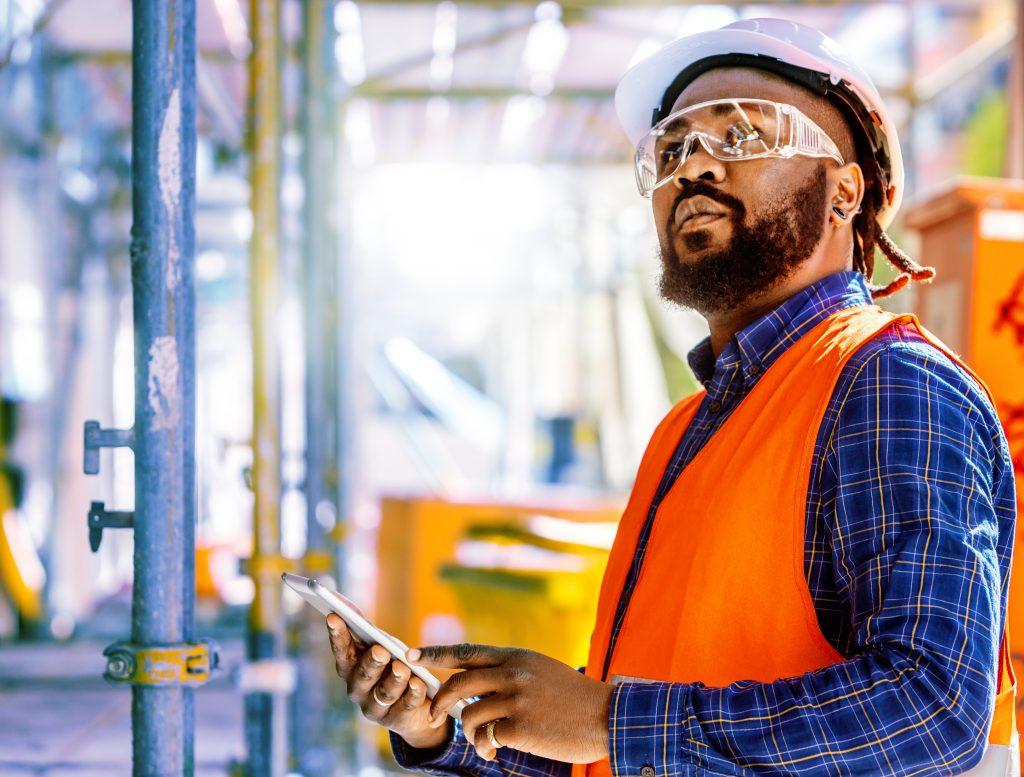 Attractive African american engineer at work on construction site; Shutterstock ID 514367593 (Bild: Oracle Deutschland GmbH)