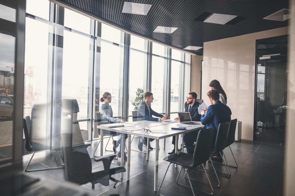 Für Standardanwendungen mit zeitgemäßem Lichtmanagement im Büro bieten sich vorkonfigurierte Leuchtensets von Regiolux an, die per Plug-and-play moderne Beleuchtungsanlagen ermöglichen. (Bild: ©alfa27/Fotolia.com)