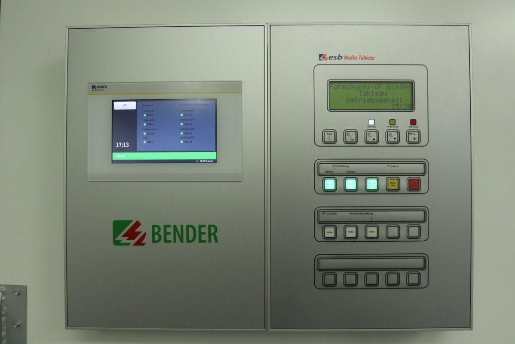 Retrofit im direkten Vergleich: CP907(links) im Austausch gegen ein BM800 Tableau Gehäusegröße wurde nicht verändert (Bild: Bender GmbH & Co. KG)