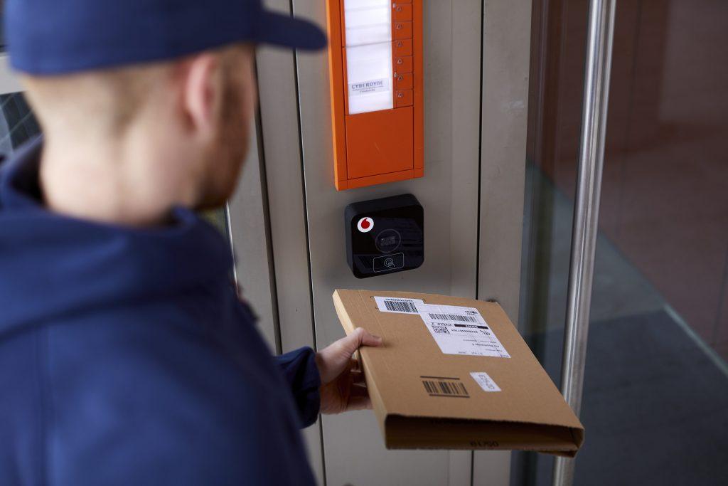 Vodafone Smart Door öffnet dem Paketboten die Eingangstür (Bild: Vodafone GmbH)