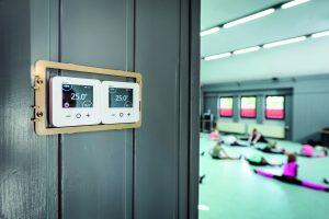 Um das Heizungsregelungssystem vor unbefugtem Zugriff zu schützen, sind die Raumthermostate in einem abschließbaren Kasten untergebracht. Für die bessere Sichtbarkeit wurde die Abdeckung hier vorübergehend entfernt. (Bild: Eberle Controls GmbH)