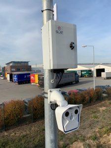 All-In-One-Lösung für eine sichere Videoüberwachung. Outdoor Netzwerkschnittstellengehäuse mit angeschlossener Tag-Nacht-Kamera und WLAN-Bridge (Bild: Primary Connection)