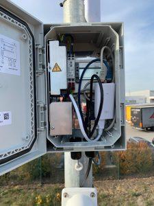Outdoor Netzwerkschnittstellengehäuse mit angeschlossener Tag-Nacht-Kamera und WLAN-Bridge (Bild: Primary Connection)