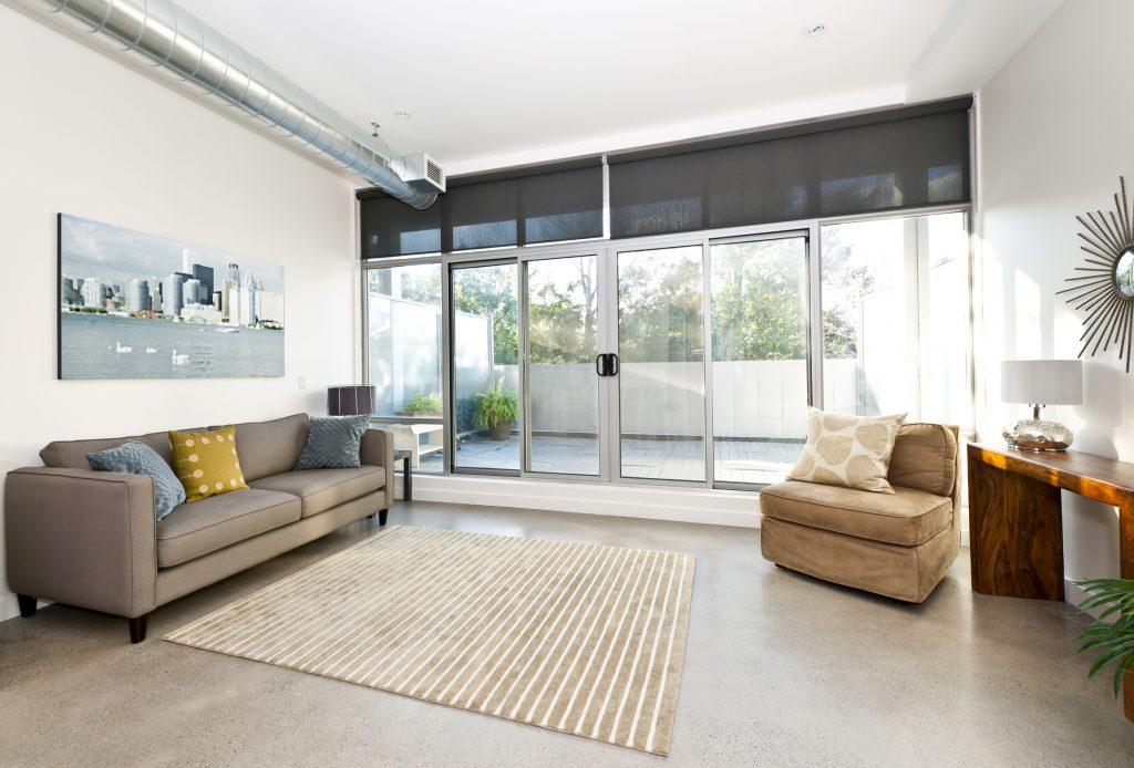 Zip-Screens eigenen sich perfekt für große Fensterfronten, wie sie heute in modernen Gebäuden beliebt sind. (Bild: ©Elenathewise/Fotolia.com)