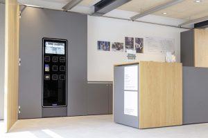 Das neu gestaltete Foyer empfängt die Besucher mit einem freundlichen, hellen Design. Ist die Museumstheke nicht besetzt, können Besucher ihre Eintrittskarte am Kassenautomat V21 von Wanzl ohne Wartezeit kaufen. (Bild: Wanzl Metallwarenfabrik GmbH)