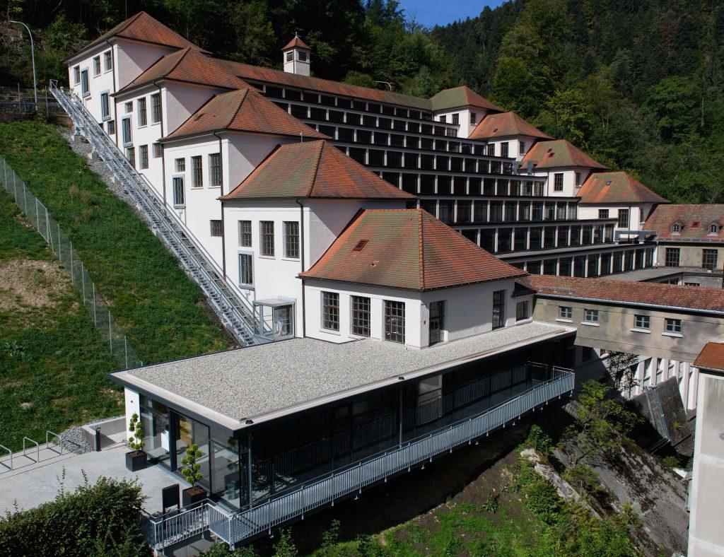Dank der einmaligen Architektur des Terrassenbaus lagen fast alle Arbeitsplätze der Junghans-Fabrik direkt am Fenster. (Bild: Junghans Terrassenbau Museum)