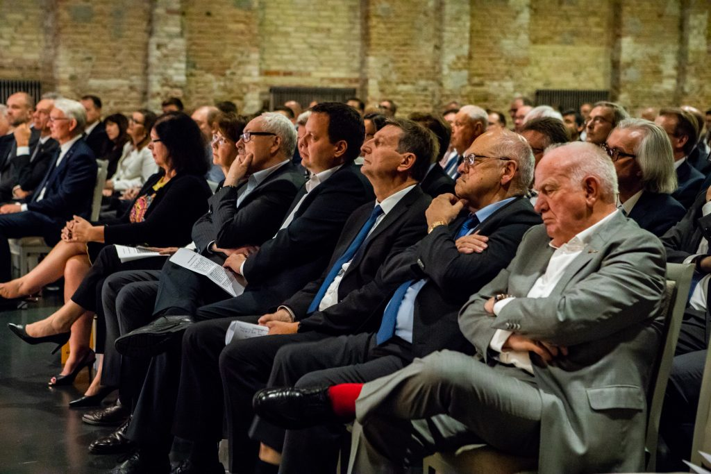 Rund 300 Gäste aus der gesamten E-Branche nahmen an der Öffentlichen Festveranstaltung teil. (Bild: ZVEH / Lena Siebrasse FOTOGRAFIE)