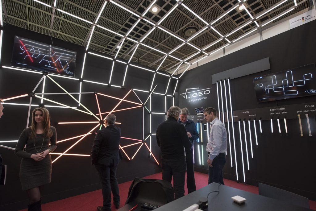 Junge Unternehmer nutzen Förderareale zu Licht- sowie Elektro- und Gebäudetechnik als Kontaktplattforminmitten der Light + Building 2020 (Bild: Messe Frankfurt - Petra Welzel)