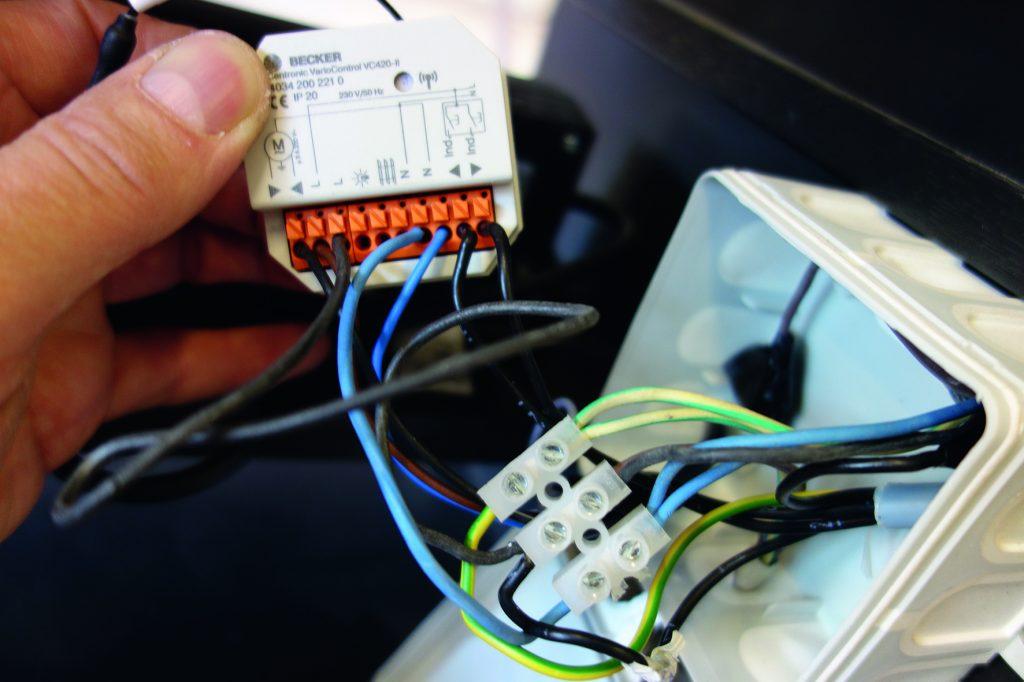 Mit der VarioControl VC420-II von Becker fand der Tischlermeister eine Lösung, um das Lautsprecherpodest einfach und zuverlässig anzusteuern. (Bild: Muhle & Osterloh GmbH)