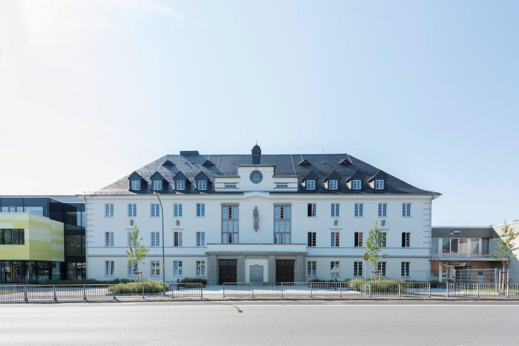 Die Jean-Paul-Schule in Wunsiedel erstrahlt nach einer Generalsanierung und mit einer hocheffizienten LED-Beleuchtung in neuem Glanz. (Bild: Alexander Feig, Selb, für Regiolux)