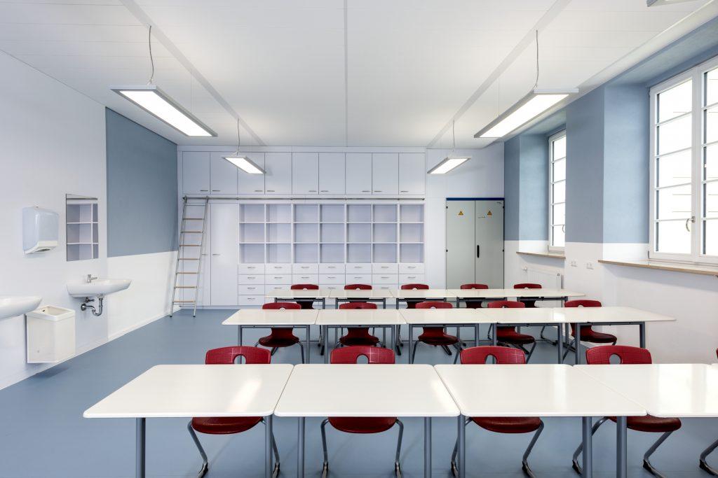 Planara LED-Einlegeleuchten sorgen in den Werkräumen und in der Schulküche für die geforderte höhere Schutzart IP54. (Bild: Alexander Feig, Selb, für Regiolux)