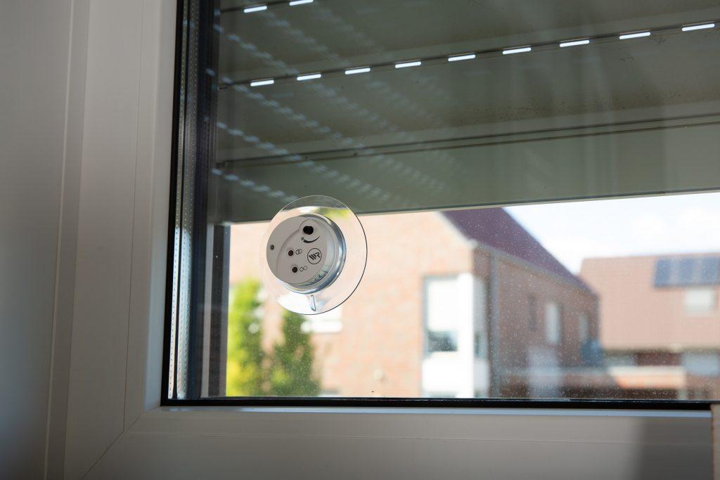 Der Sonnensensor wird einfach mittels Saugnapf an der Fensterscheibe befestigt und sendet Signale an das Smart Home. (Bild: Rademacher Geräte-Elektronik GmbH)