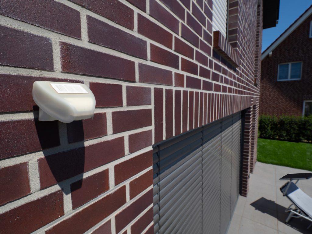 Ein Umweltsensor erfasst noch weitere Wetterparameter, z.B. die Windgeschwindigkeit oder die Sonnenposition. (Bild: Rademacher Geräte-Elektronik GmbH)
